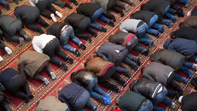 Betende Männer in einer Moschee.