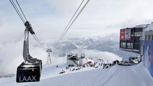 La pendiculara ed il territori da skis da l'Arena Alva.