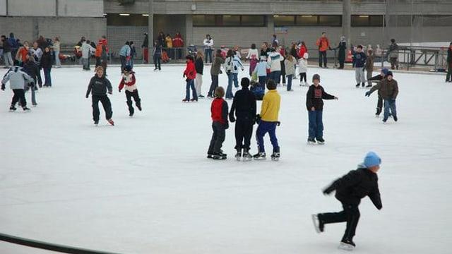 Kinder auf einem Eisfeld im Tägerhard