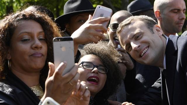 Macron stellt sich für Selfies seiner Fans zur Verfügung