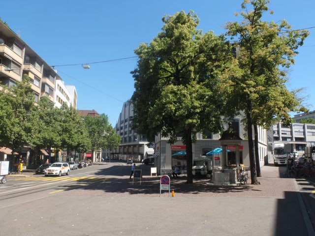 Platz zwischen Lindenberg und Steinentorstrasse. In der Mitte vier grosse Lindenbäume.