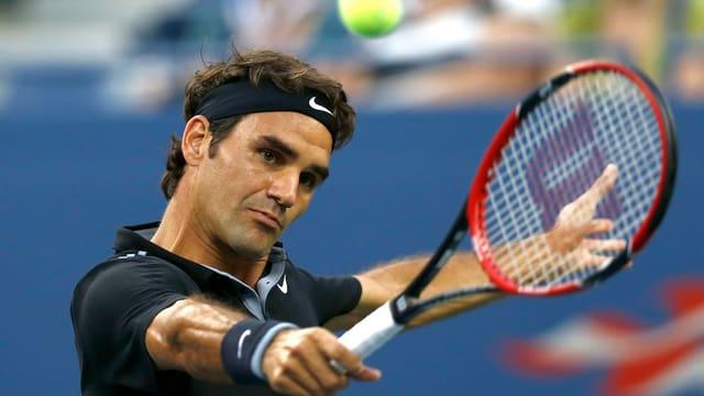 Roger Federer schlägt eine Rückhand.
