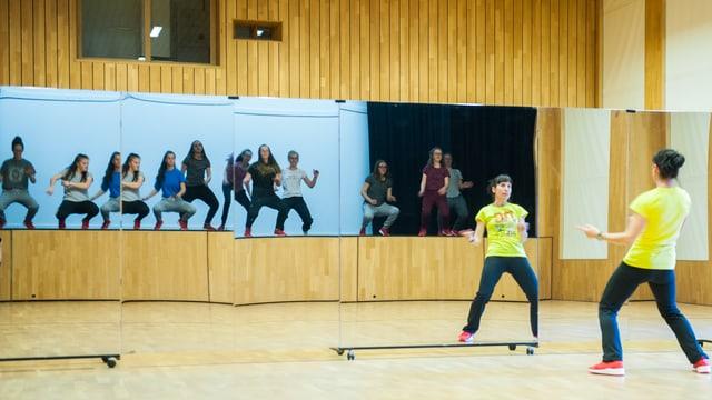 Esther Hendry guarda che la choreografia constat tar tut las sautunzas.
