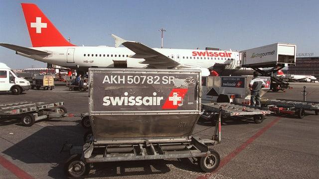 Aviun da la Swissair a la plazza aviatica.