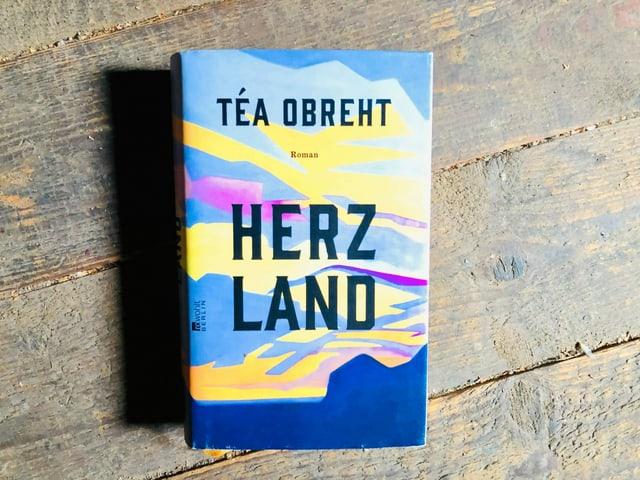 «Herzland» von Téa Obreht liegt auf einem Holzriemenboden.
