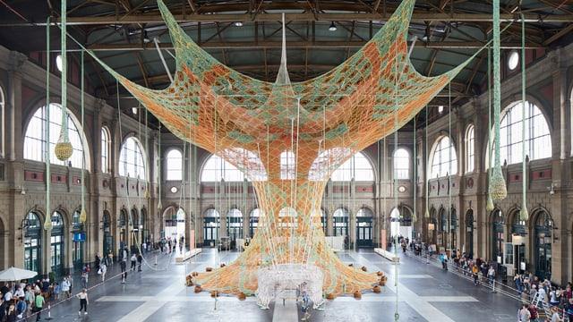 Der Baum der Begegnung ist ein riesiges, gehäkeltes Kunstwerk, das wie ein Baum aussieht.