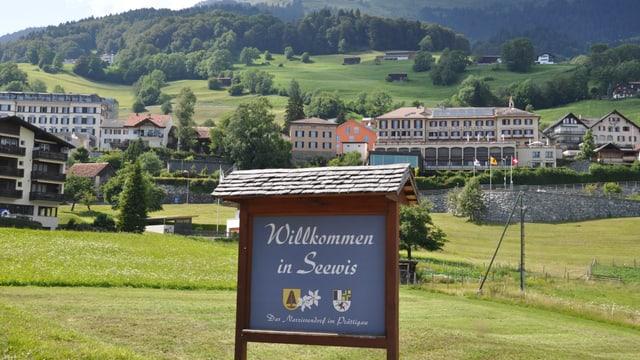 Purtret da la tabla a l'entschatta dal vitg da Seewis cun scrit si: «Willkommen in Seewis».