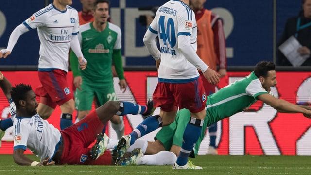 Johan Djourou foult Claudio Pizarro.