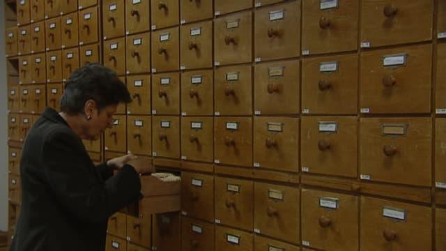 Purtret da Sigrid Haldenwang durant ina visita en l'archiv.