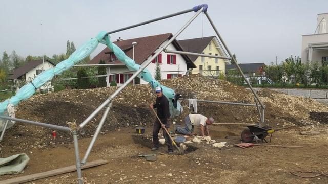 Baugrube, darüber zum Teil ein Zeltgestänge.