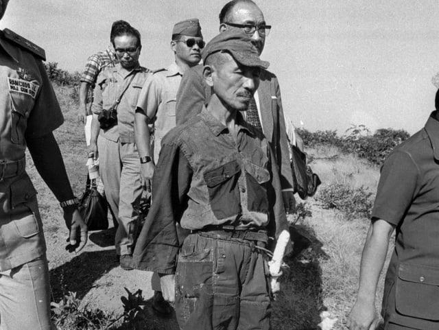 Hiroo Onoda auf dem Weg zu seiner offiziellen Kapitualtion