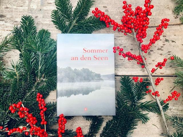 «Sommer an den Seen» von Margaret Fuller liegt auf einem Tisch mit Weihnachtsdekoration