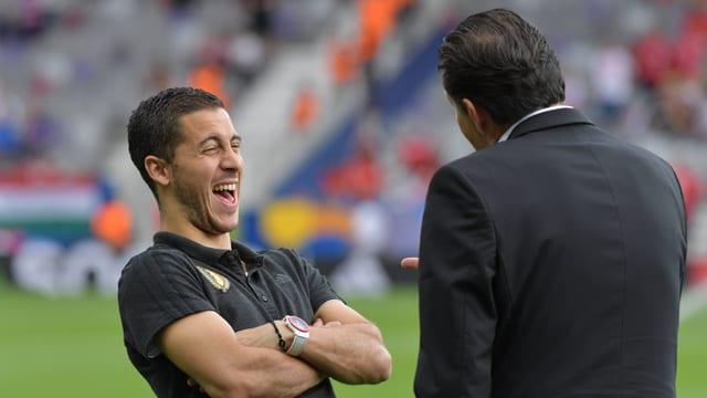 Eden Hazard (l.) und Marc Wilmots am lachen