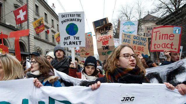 Jugendliche Protestieren am 2. Februar 2019 in Genf gegen den Klimawandel.