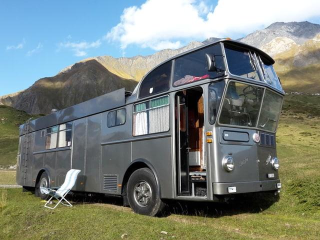 Zum Camper umgebauter Flughafenbus.