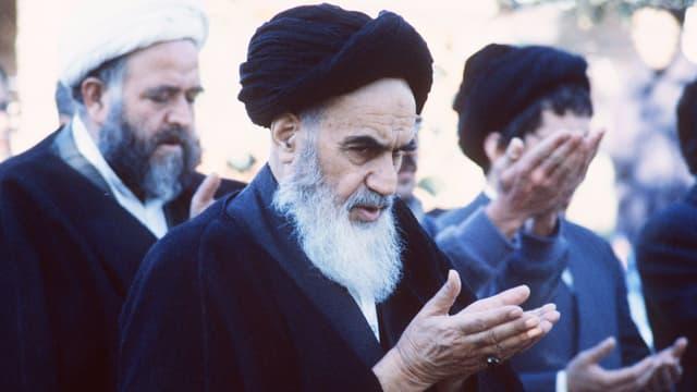 Der iranische Revolutionsführer Khomeini beim Gebet.