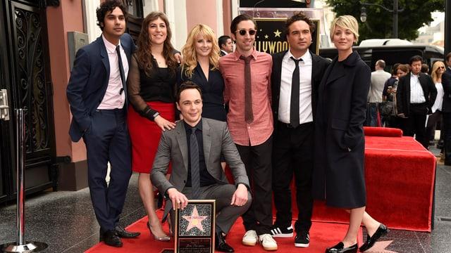 Die Schauspieler von The Big Bang Theory posieren auf dem Walk of Fame für ein Gruppenfoto.