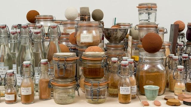 Ein Tisch voller Flaschen und Behältern