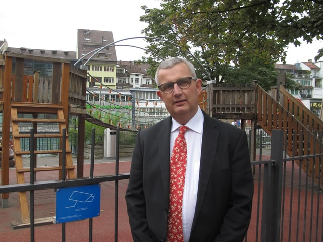 Peter Siegenthaler, Thuner Sicherheitsdirektor. vor dem Spielplatz, der videoüberwacht wird.