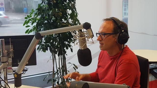 Il climatolog Jan Sedlacek en il studio dal Radio Rumantsch dat pled e fatg.