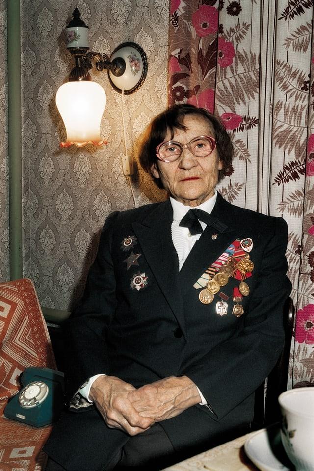 Die Grossmutter von Katja Fedulova mit ihren vielen Auszeichnungen aus dem Krieg.