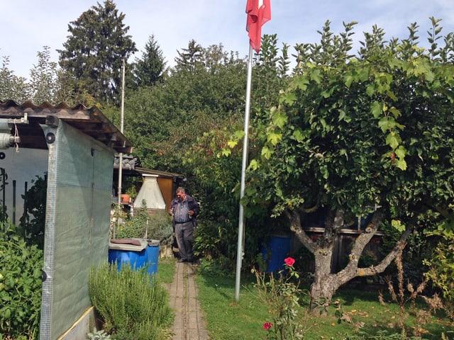 Heinz Nauer auf einem kleinen Pfad in der Schrebergartensiedlung Grubenacher im Quartier Leutschenbach.