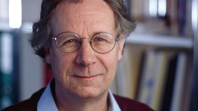 Porträt des Altersforscher François Höpflinger, der eine runde Brille trägt.