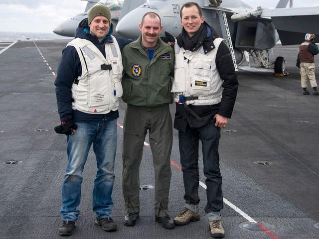 Militärpilot Andreas Kuhn mit Reporter Michael Weinmann (r.) und Kameramann Brian Gottschalk (l.).