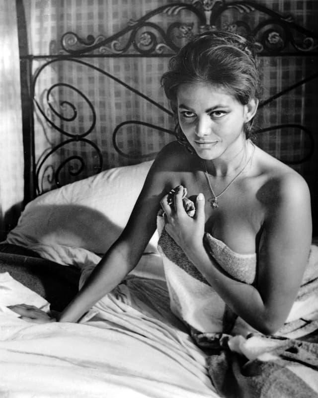 Claudia Cardinale auf Bett