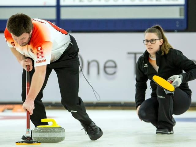 Ein Mixed-Doppel im Curling.