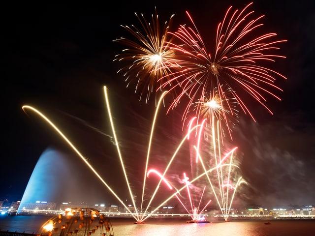 Feuer und Wasser: Genf feiert das neue Jahr mit Feuerwerk über dem Jet'd Eau.