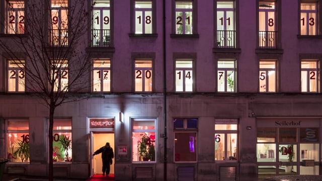 Bis Weihnachten steht hinter jedem Fenster ein Kunstwerk: Adventsfenster der Stadtmission im Zürcher Niederdorf.