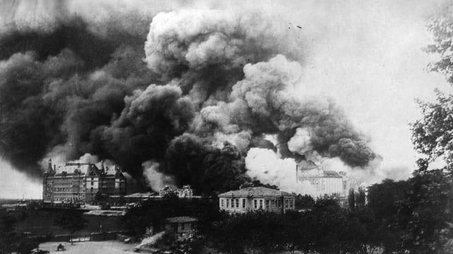 Schwarzweiss-Fotografie von brennenden Gebäuden