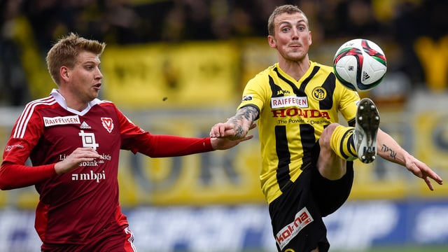 Alexander Gerndt ist am Ball, daneben steht Florian Stahel.