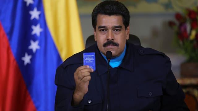 Maduro vor einer venezolanischen Flagge.