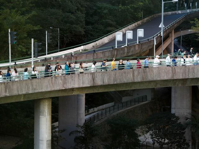 Warteschlange auf einer Brücke.