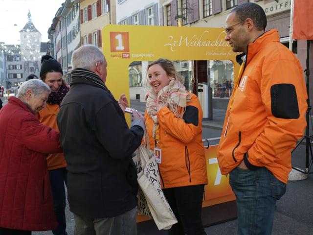 Moderatoren im Gespräch mit Besuchern.