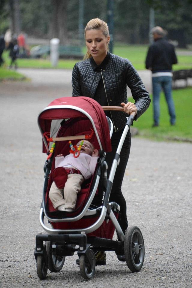 Michelle Hunziker schiebt einen Kinderwagen mit ihrer weinenden Tochter.