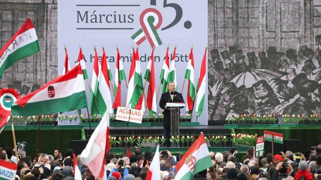Orban spricht vor dem Parlament.