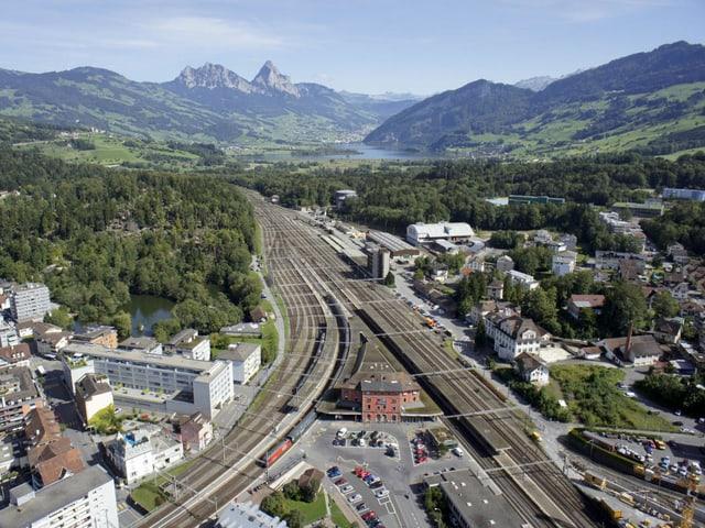 Luftaufnahme des Bahnhofs Arth-Goldau.