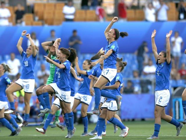 Italienische Spielerinnen jubeln.