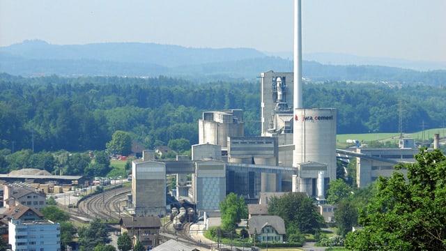 Die Fabrikanlage mit mehreren Gebäudeteilen und Türmen.