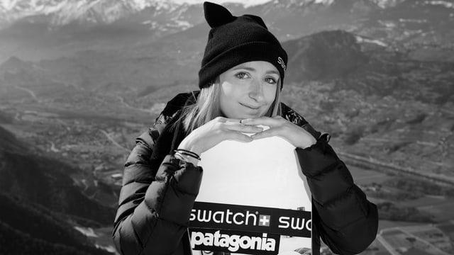 La campiunessa da la Freeride World Tour, Estelle Balet cun ses snowboard.