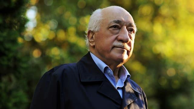 Aufnahme des Predigers Fethulla Gülen, im Hintergrund sind Bäume zu sehen.