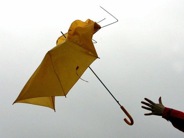 Bernoulli-Effekt wirkt, ein gelber Schirm wirbelt durch dei Luft.