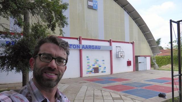 Mann vor Turnhalle in Brasilien