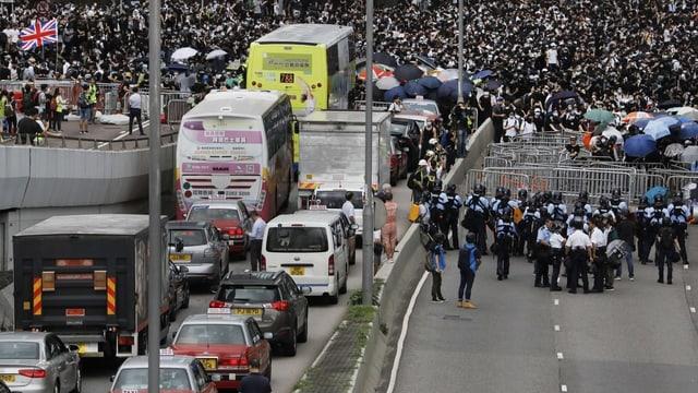 Verkehr staut sich bei den Barrikaden der Demonstranten