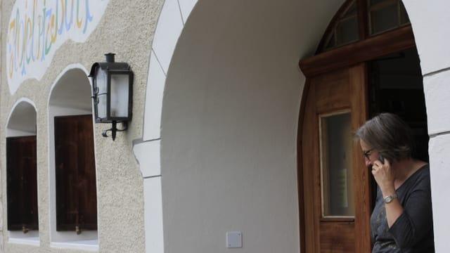 La porta d'entrada dal hotel Piz Buin a Guarda