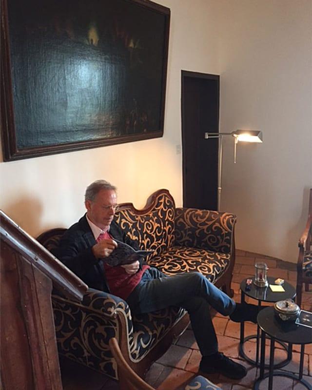 Schlossherr Thomas von Sahlis sitzt auf Sofa