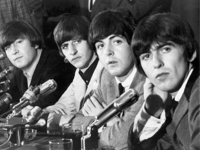 Vier Männer vor Pressemikrofonen